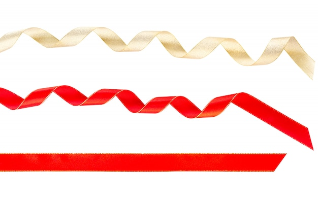 Ricciolo giallo oro e nastri rotti arricciatura rossa isolati su sfondo bianco