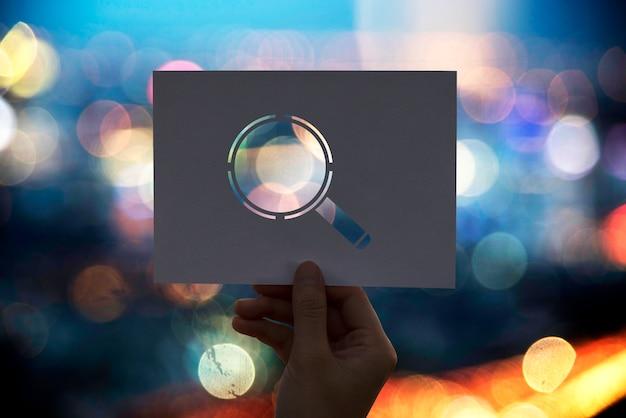 Ricerca della lente d'ingrandimento della carta perforata di scoperta