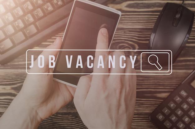 Ricerca di lavoro sullo smartphone mobile, concetto di carriera di assunzione delle risorse umane.