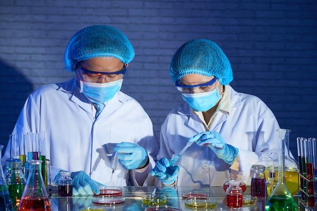 Ricercatori che lavorano sul vaccino