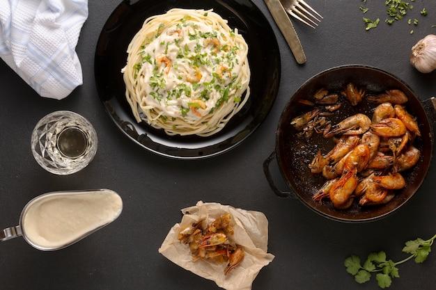 Ricetta alfredo, linguine, toscane, parmigiano, gamberi alfredo, salsa cremosa di pomodoro