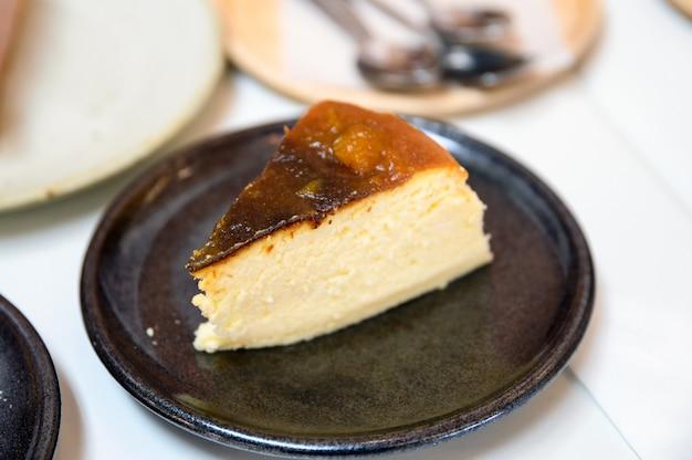 Ricetta di cheesecake alla zucca sul piatto di ceramica