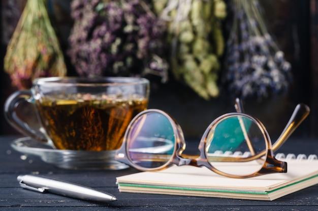 Ricetta di medicina alternativa con erbe e tè caldo
