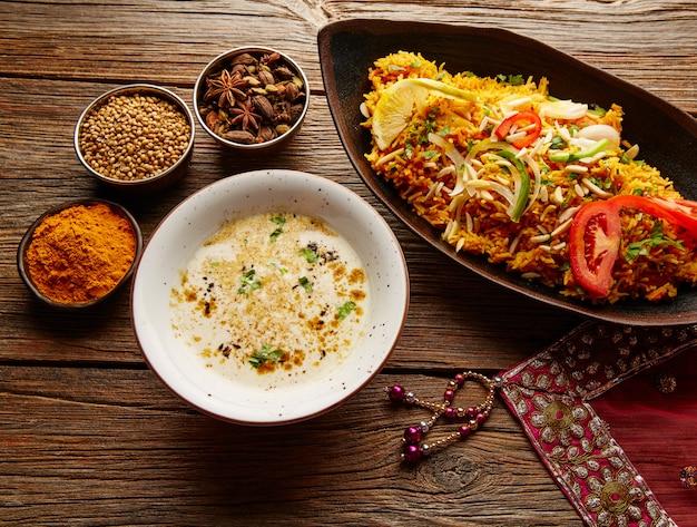 Ricetta indiana di pollo biryani con zuppa bianca