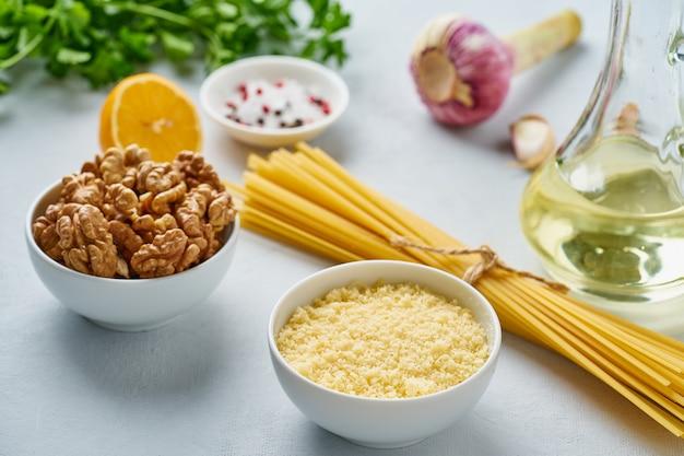 Ricetta passo dopo passo pasta al pesto, bavette alle noci, prezzemolo, aglio, noci, olio d'oliva.