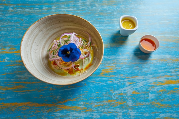 Ricetta preuviana di ceviche di pesce e fiore viola del pensiero
