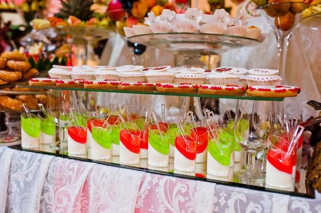 Ricevimento di nozze. tavolo con frutta e dolci