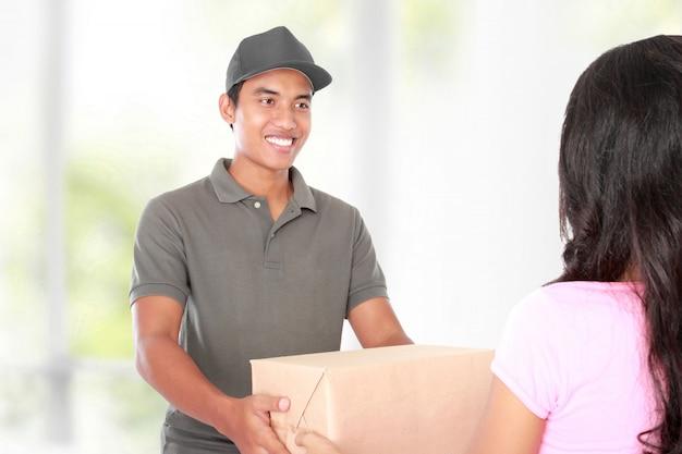 Ricezione di un pacco a casa