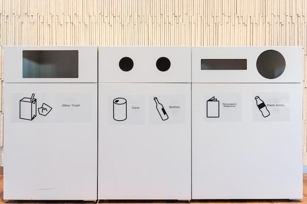 Riciclaggio dei contenitori ecologici e bidoni dell'immondizia all'aeroporto