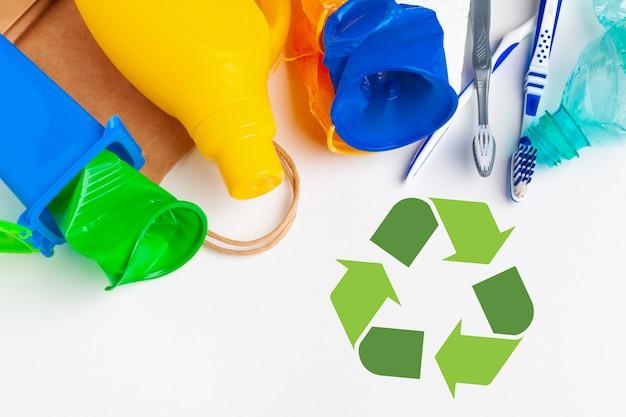 Riciclaggio dei rifiuti eco simbolo con smaltimento dei rifiuti sul tavolo