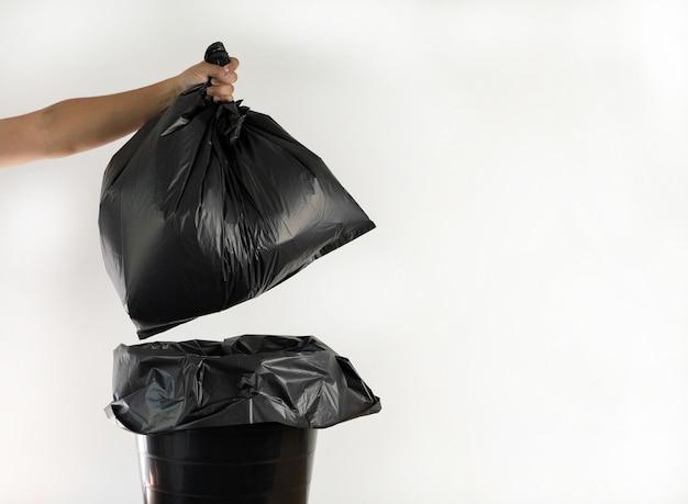 Riciclaggio del sacchetto di immondizia dell'uomo per la pulizia del riciclaggio. concetto di ecologia