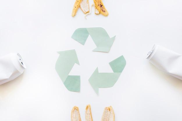 Riciclare il logo con la spazzatura