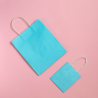 Riciclare il sacchetto di carta isolato su mockup rosa per il design