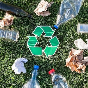 Riciclare sfondo con segno di riciclaggio e spazzatura