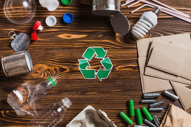 Ricicli gli oggetti su fondo strutturato di legno marrone