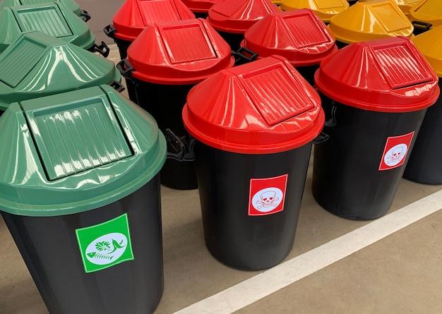 Ricicli il cestino giallo verde blu e ricicli il bidone della spazzatura di plastica per conservare la cura dell'ambiente