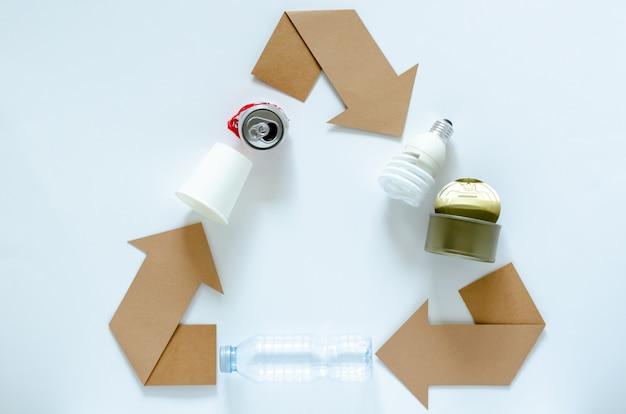 Ricicli il simbolo di eco con materiali su bianco