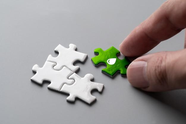 Ricicli l'icona sul puzzle per il concetto di eco & verde