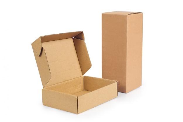 Ricicli la scatola di immagazzinaggio del cartone isolata su bianco