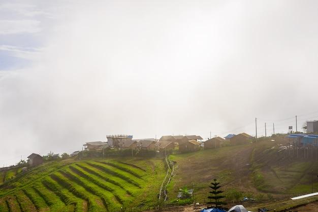 Ricorsi e casette sulla montagna con il tramonto alla mattina dal punto di vista, phu thap boek
