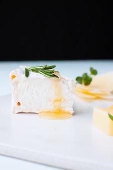 Ricotta fatta in casa fresca di miele e rosmarino su un piatto