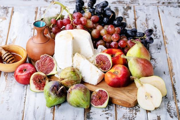 Ricotta fatta in casa servita con frutta fresca