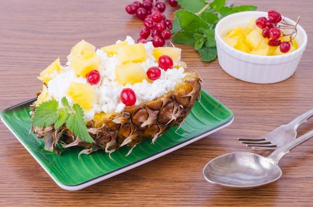 Ricotta fresca fatta in casa con bacche rosse e ananas.