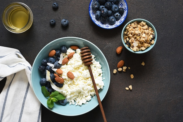Ricotta, frutti di bosco e miele sul tavolo della cucina