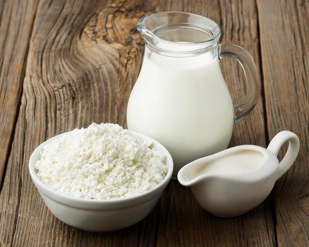 Ricotta organica del primo piano con la brocca di latte