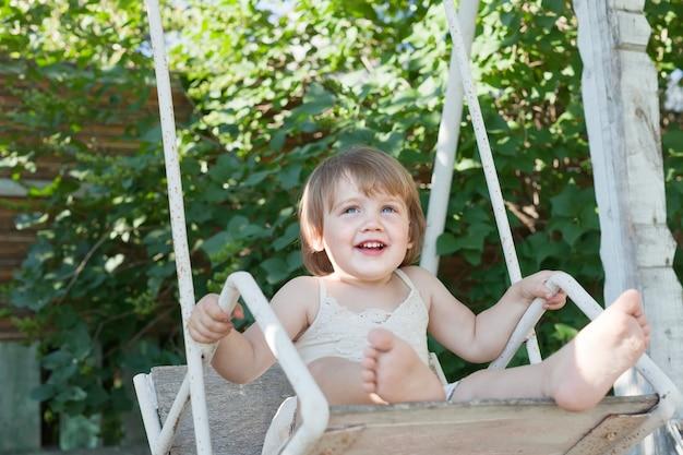 Ridendo bambino su altalena