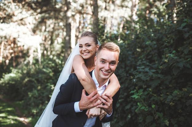 Ridendo coppia di nozze nel parco
