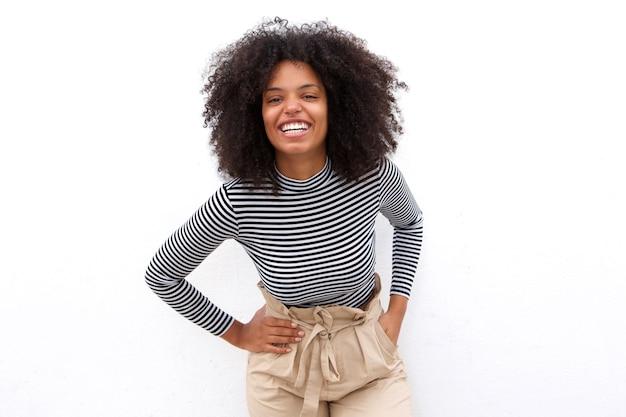 Ridendo donna afro-americana in camicia a righe
