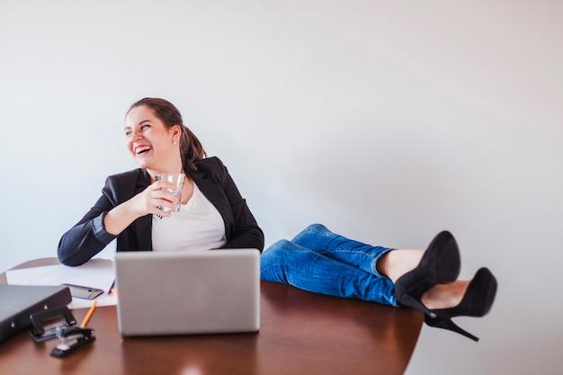 Ridendo l'acqua potabile dell'ufficio di ufficio