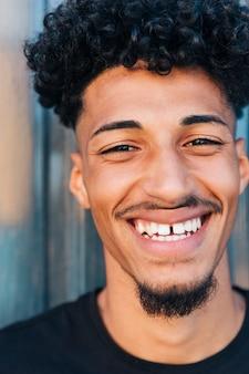 Ridendo maschio etnico con i capelli ricci
