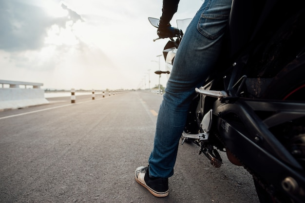 Rider motorbike sulla guida su strada. divertendosi guidando la strada vuota
