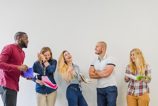Ridere le persone a collaborare e studiare