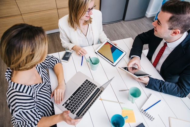 Ridere le persone condividendo con le idee in ufficio
