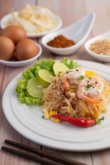 Riempia il gamberetto fresco tailandese in un piatto bianco.