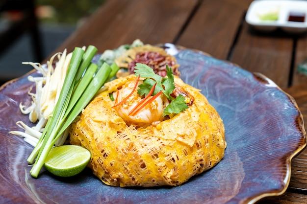 Riempia la tagliatella di riso tailandese e fritta nello stile tailandese