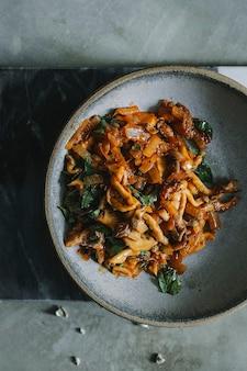 Riempimento del fungo fritto per l'idea di ricetta di fotografia di cibo di quesadillas