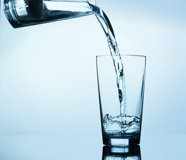 Riempimento in bicchiere d'acqua