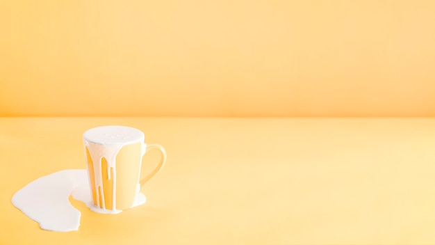 Riempire troppo latte in una tazza