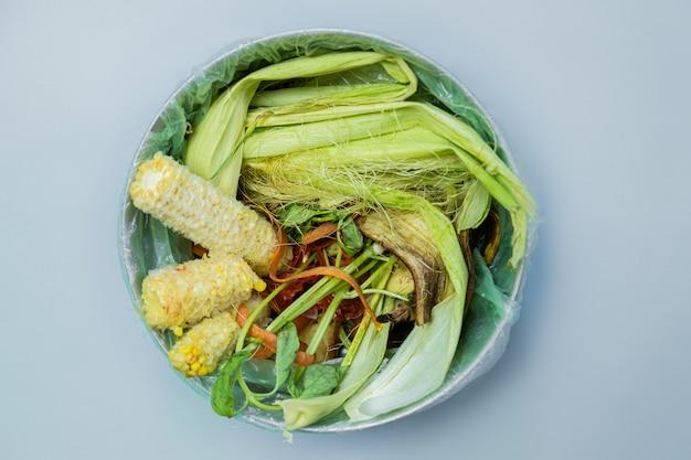 Rifiuti alimentari biologici in un secchio, sparato dall'alto.