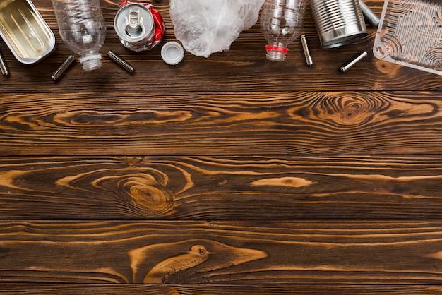 Rifiuti assortiti per il riciclaggio sul tavolo di legno