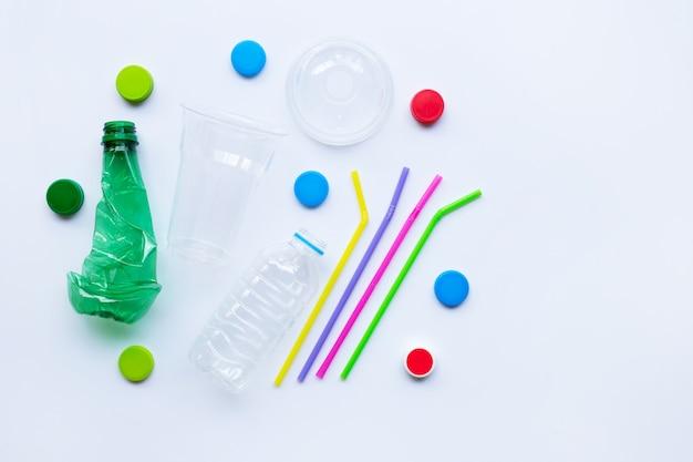 Rifiuti di plastica su sfondo bianco.