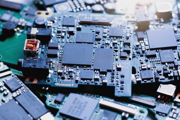 Rifiuti elettronici, semiconduttori nel circuito stampato, sfondo di tecnologia.
