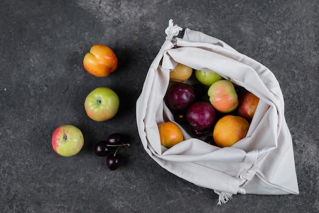 Rifiuti zero, sacchetto in materiale riciclato senza plastica per il trasporto di frutta (mela, pera, prugna, ciliegia)