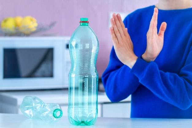 Rifiuto di bottiglie di plastica e riciclaggio della plastica. protezione ambientale. ferma la plastica