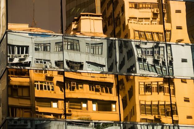 Riflessione della torre dell'ufficio sotto la luce del sole nel pomeriggio