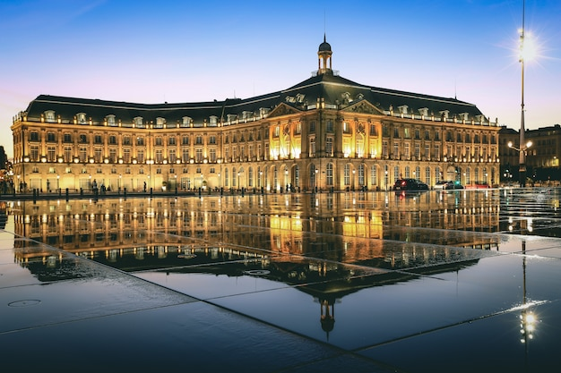 Riflessione di place de la bourse a bordeaux, francia. un patrimonio mondiale dell'unesco